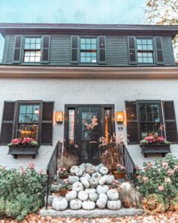 charming home with pumpkin decor