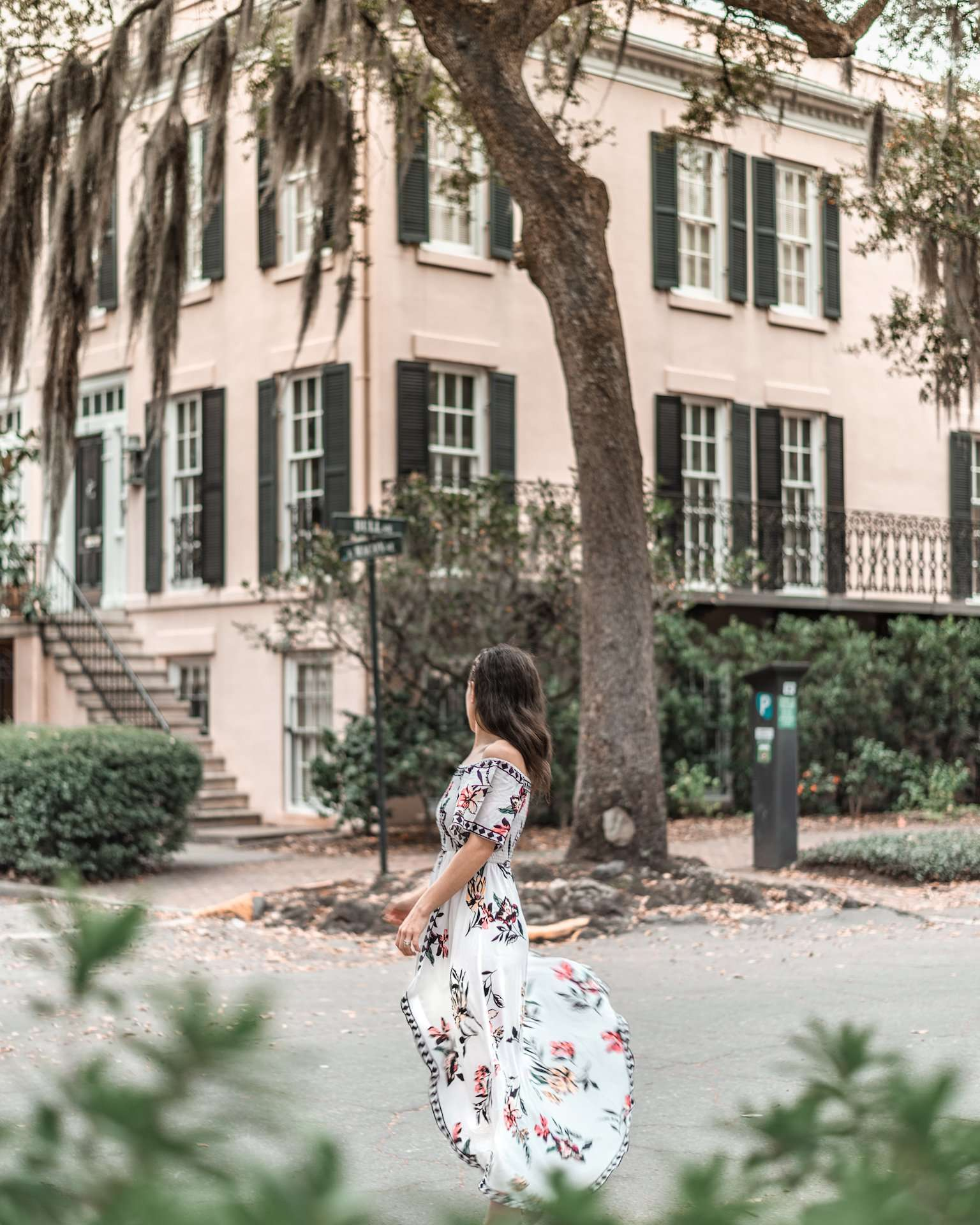 girl in front of beautiful pink house in Savannah